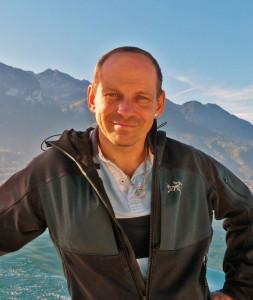 High PerformancePortrait von Thomas Tom Oberbichler, Bestsellerautor, Schreibcoach, Verleger, Entspannungs- und Gehirntrainer auf dem Genfer See
