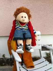 Bob mit rotem Frauenschal